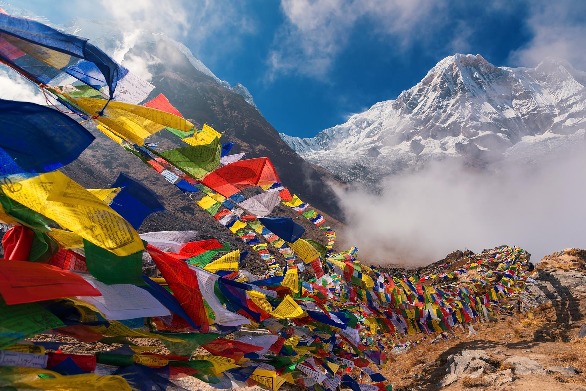 Banderas de oración y fondo del Monte Annapurna I Bután