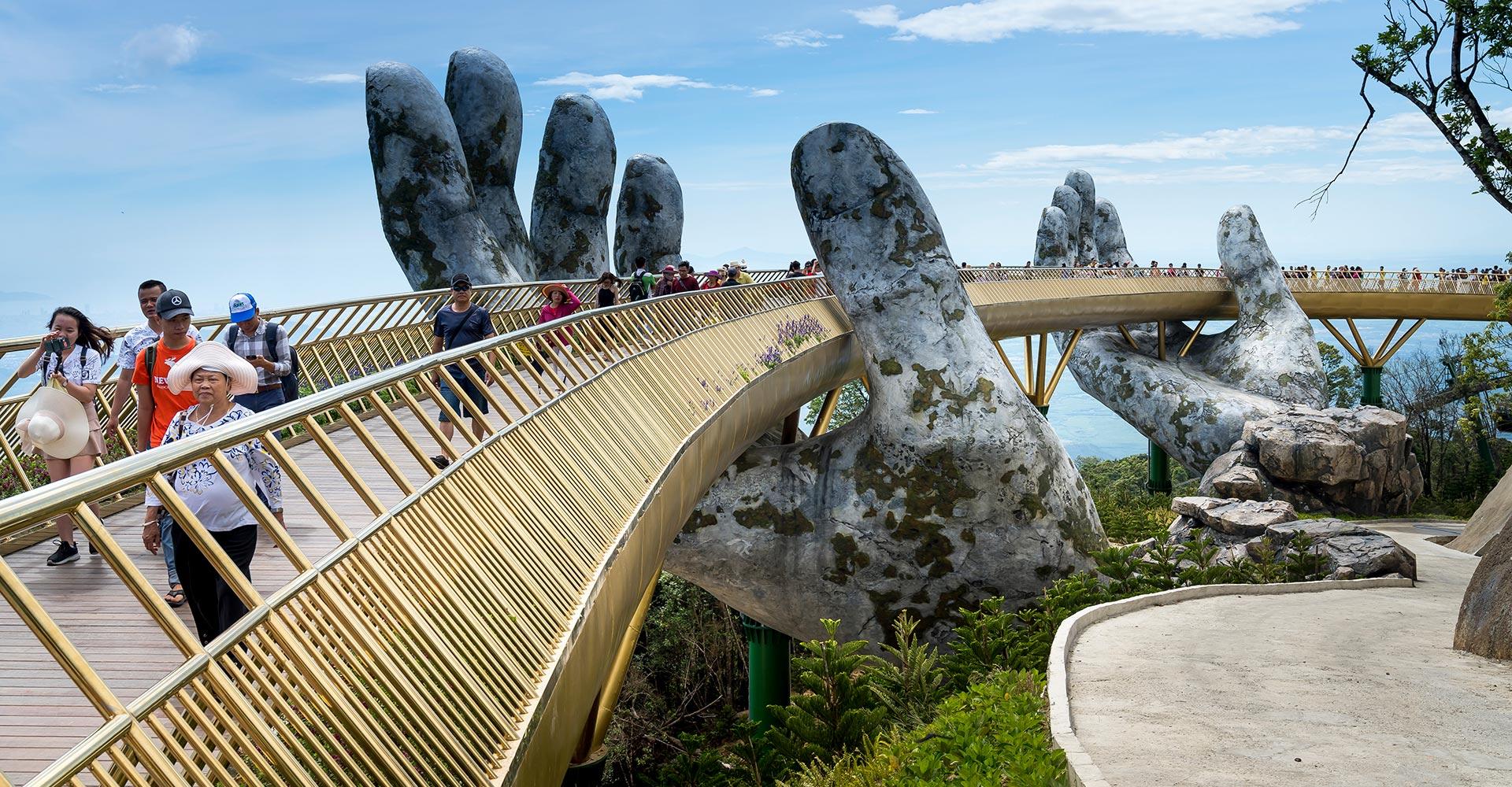 El Puente Dorado es levantado por dos manos gigantescas en el centro turistico de