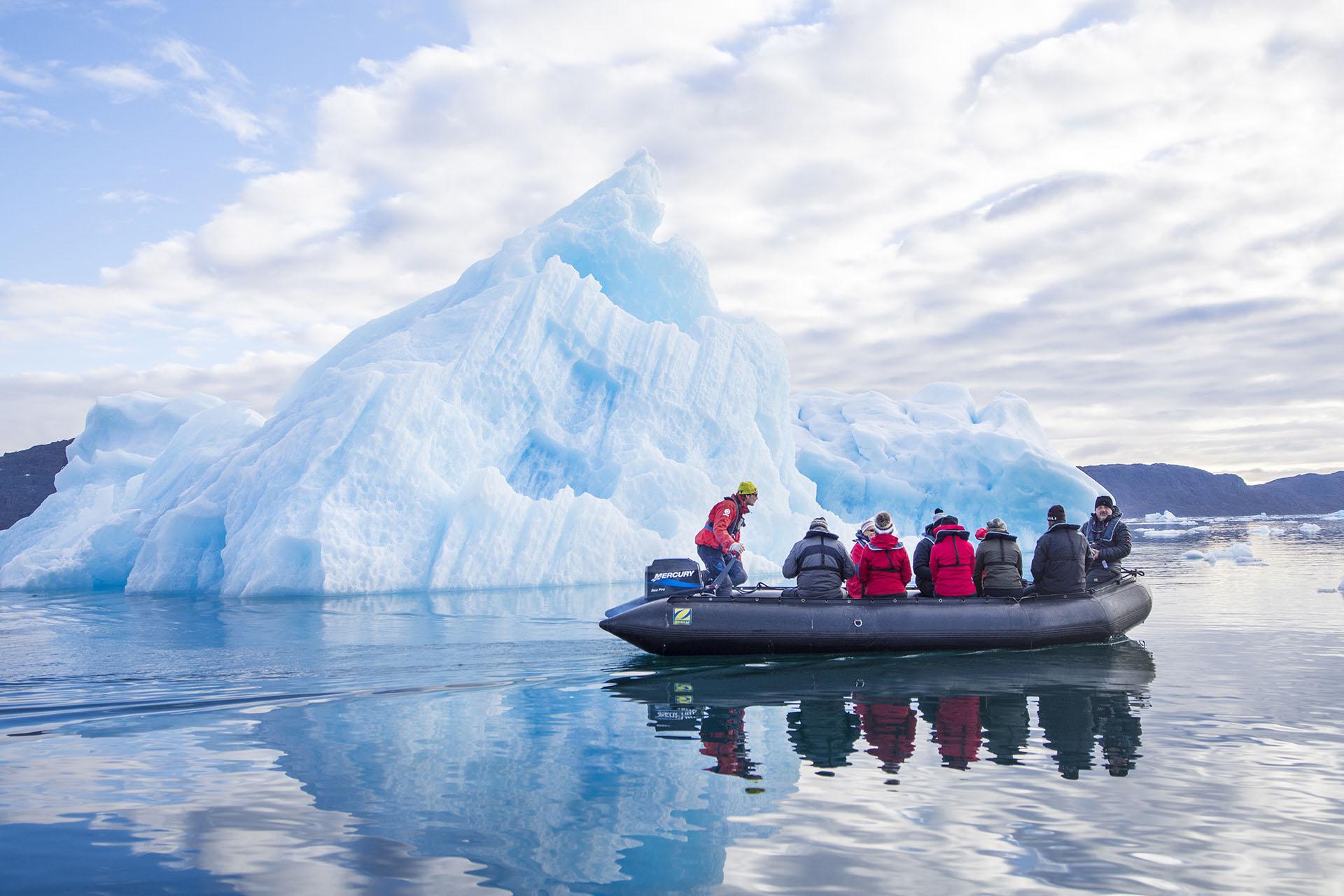 Turistas en un Zodíaco frente a un iceberg, Groenlandia