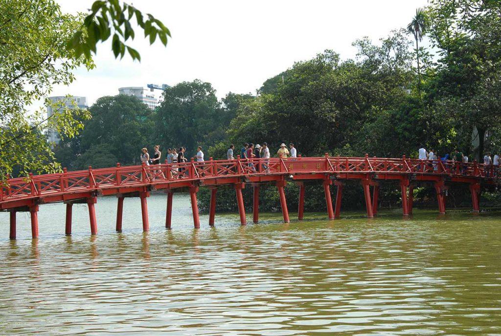 Puente cruzando lago en Hanói, Vietnam