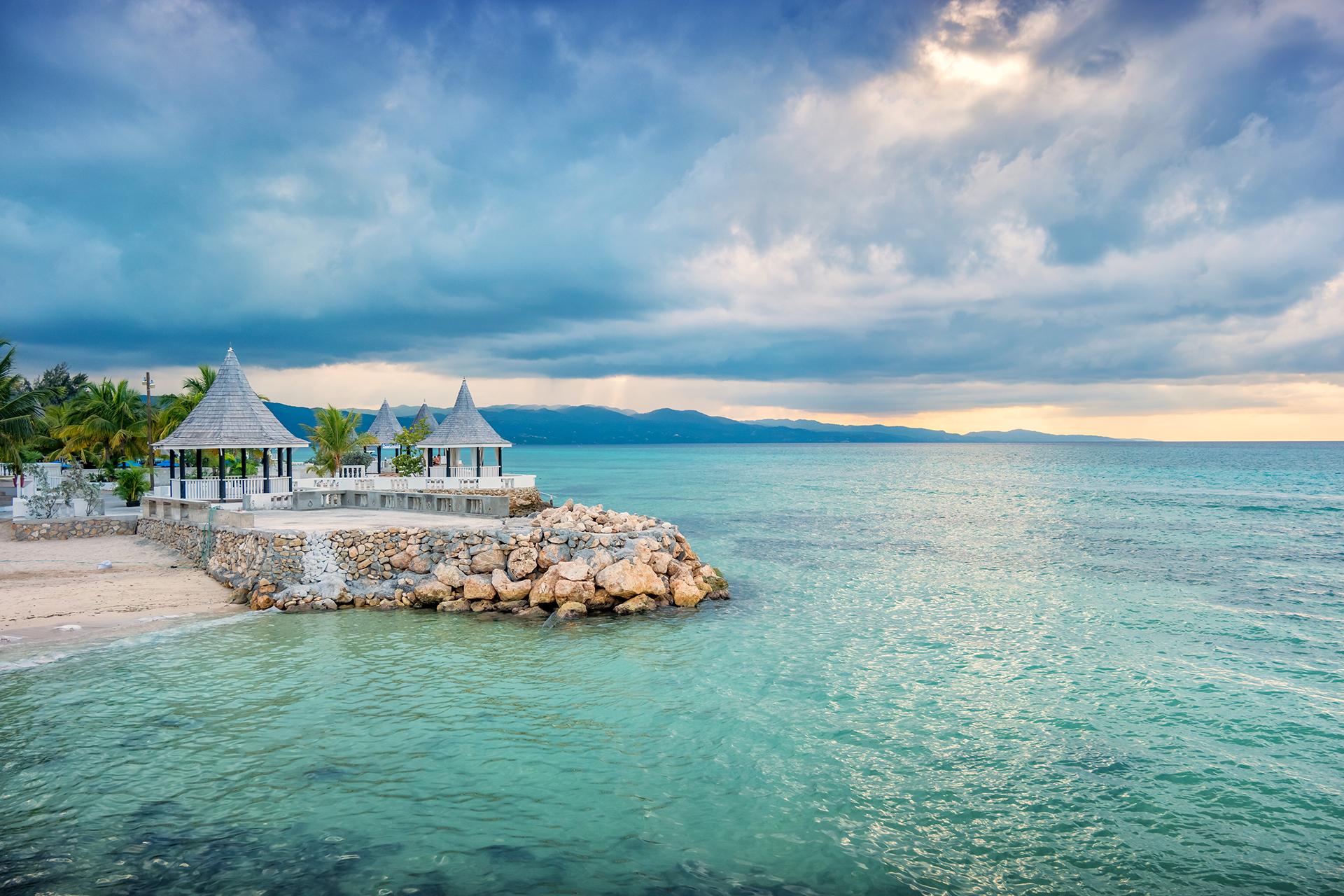 Gazebos y playa en Montego Bay Jamaica