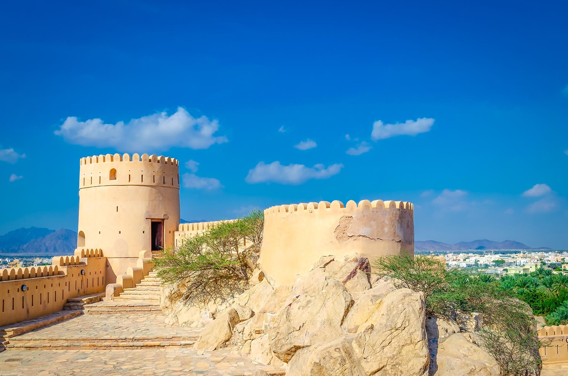 Un viejo fuerte, un oasis y un cielo azul. Omán