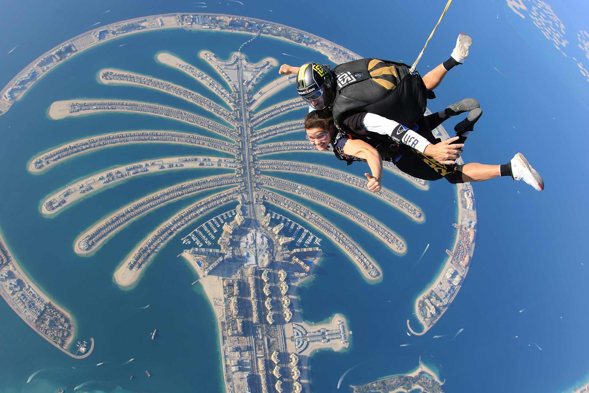 salto de paracaidismo sobre la palma de dubai