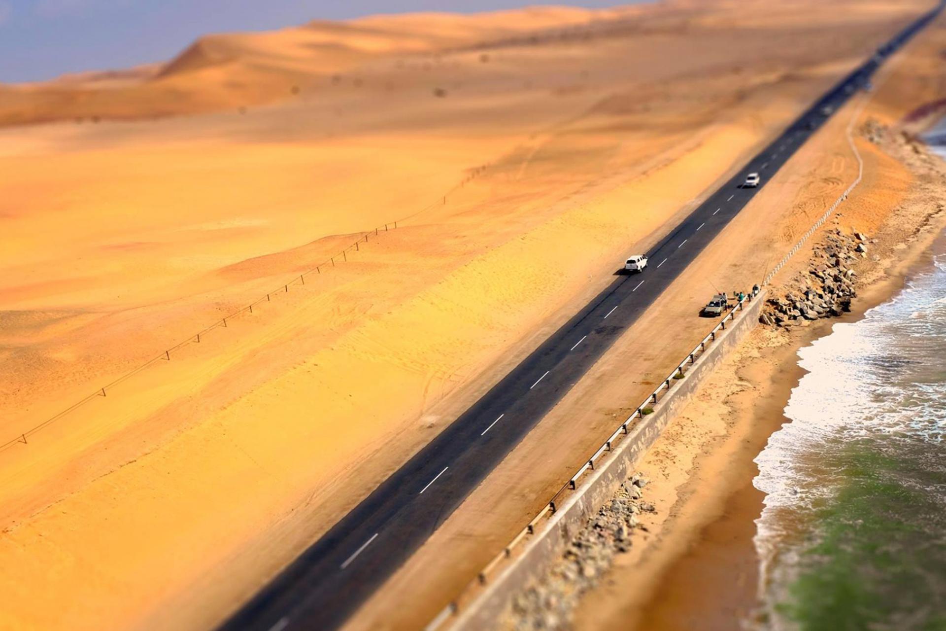 Carretera de Namibia con el desierto