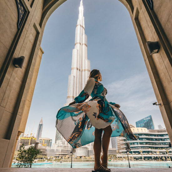 Mujer en frende el Burj Al Kalifa enmarcada por un tipico arco arabico. Emiratos Árabes Unidos