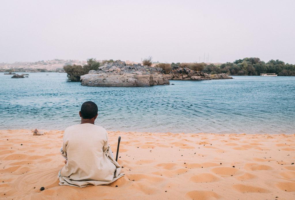 Hombre en la orilla de la playa en Aswam Egipto