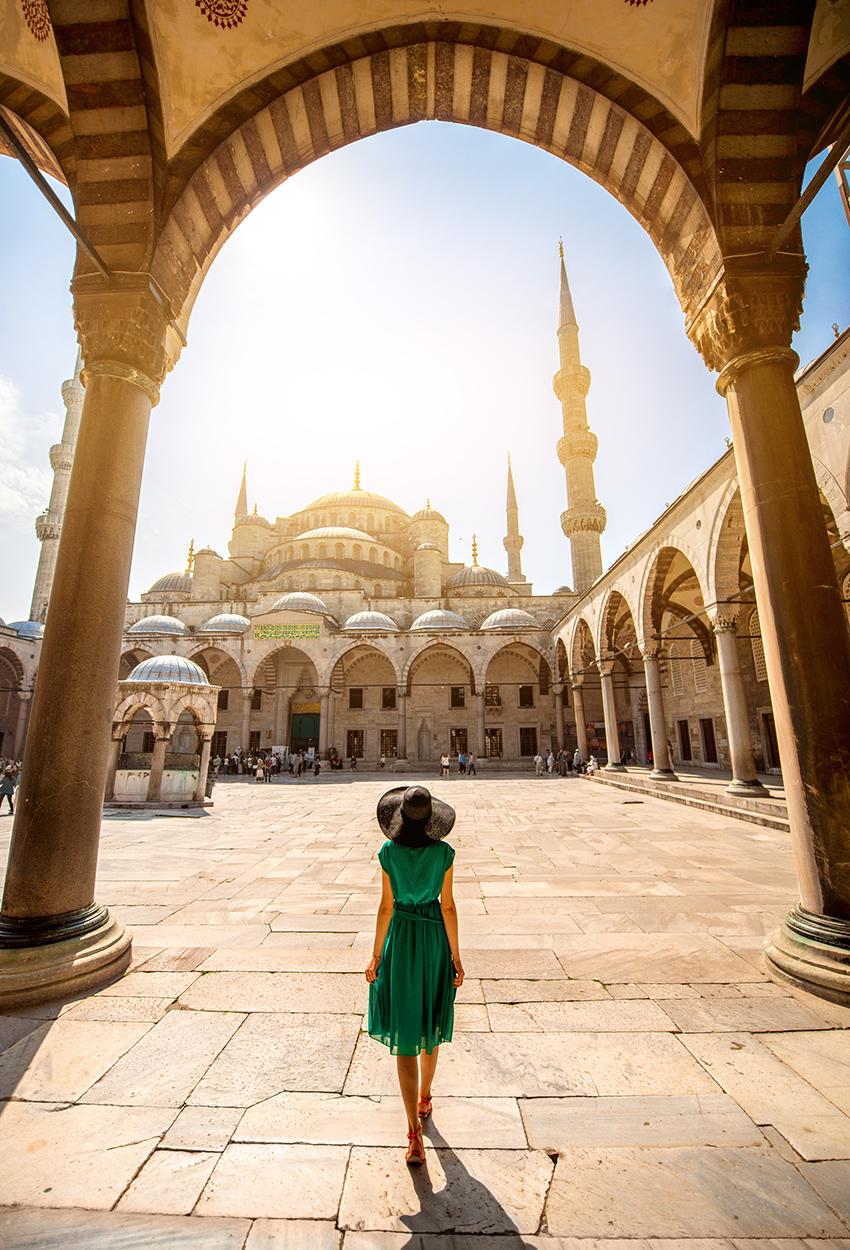Mujer cerca de la Mezquita Azul de Estambul