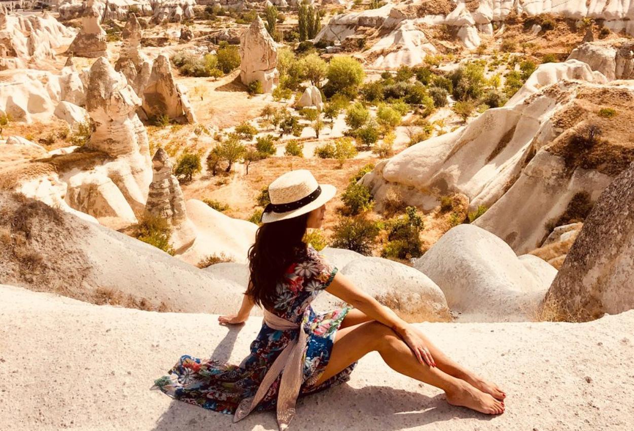 Mujer sentada Capadocia Turquia