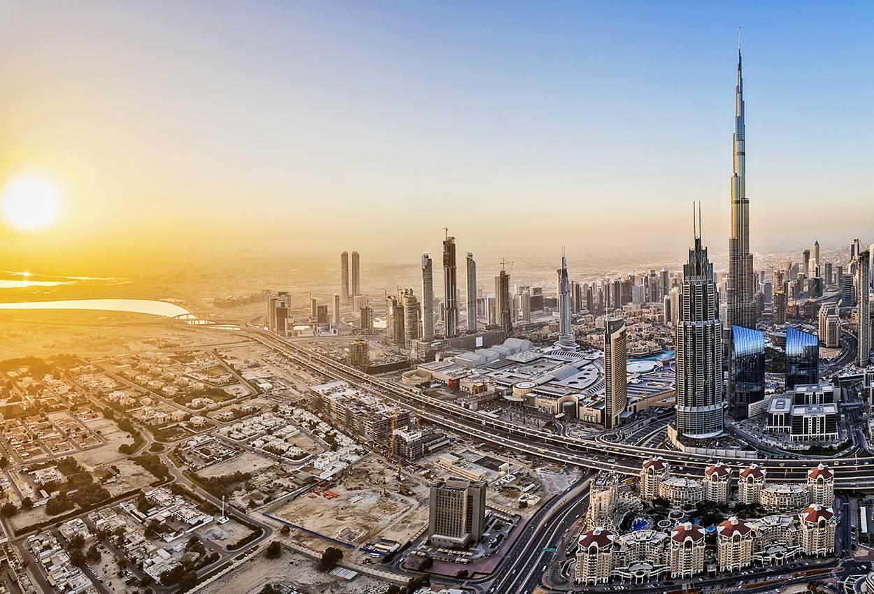 Luces de la ciudad de Dubái al amanecer