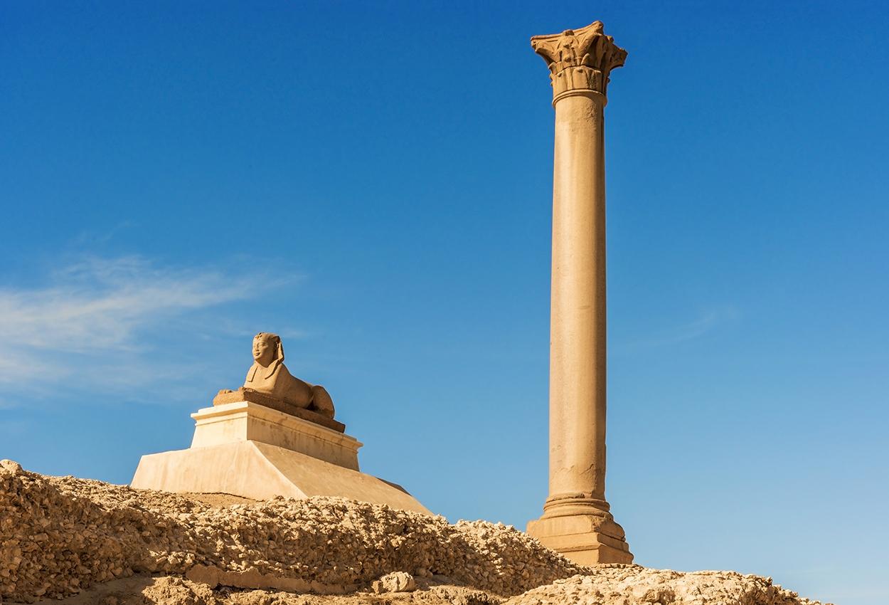 Pilar de Pompeyo en el centro de la ciudad de Alejandría, Egipto