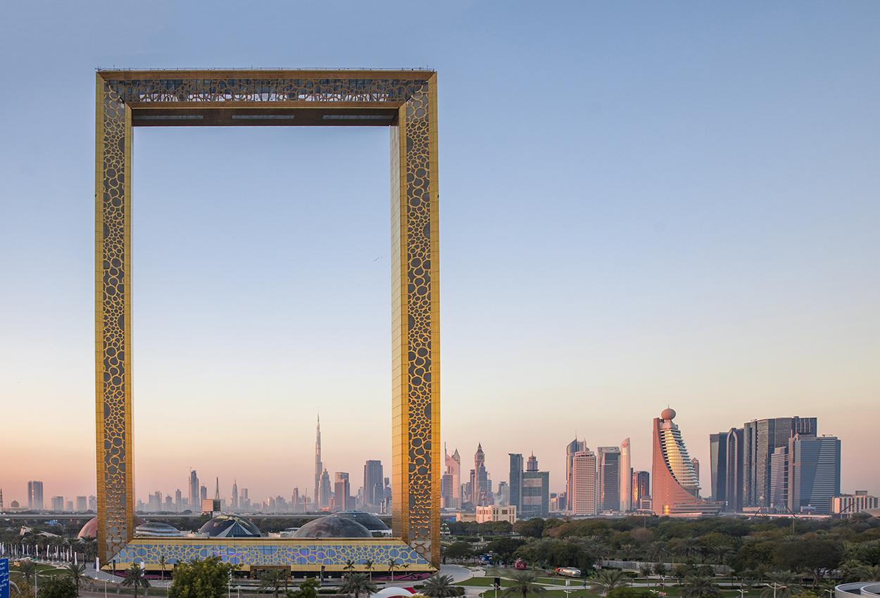 Edificio de bastidores en Dubái al amanecer