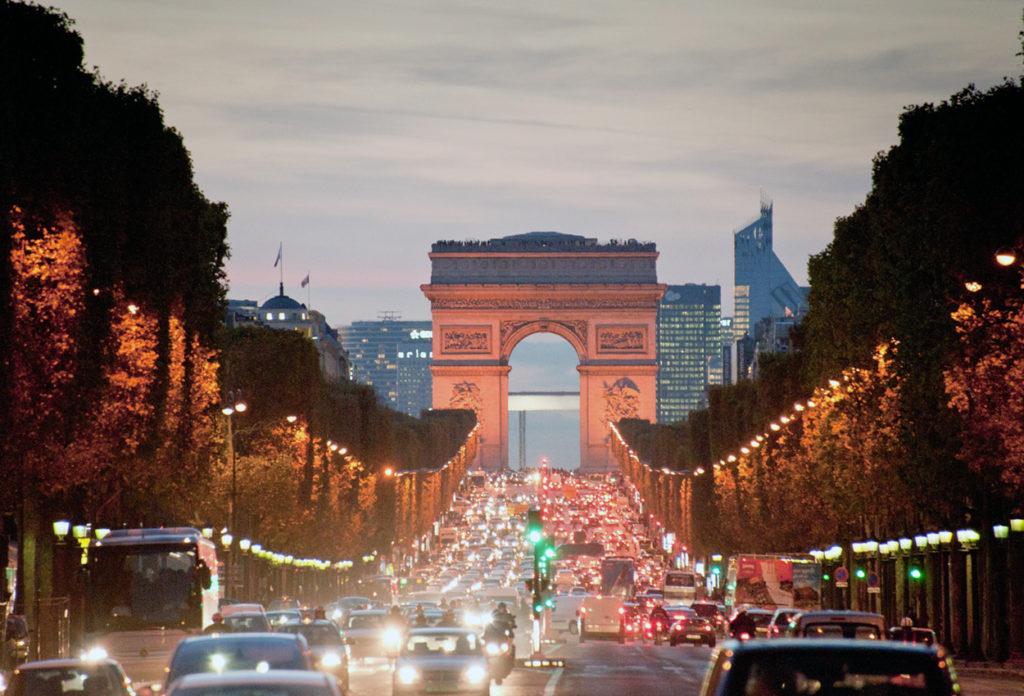 Mirando hacia la Avenida Des Champs Elysees Paris Francia