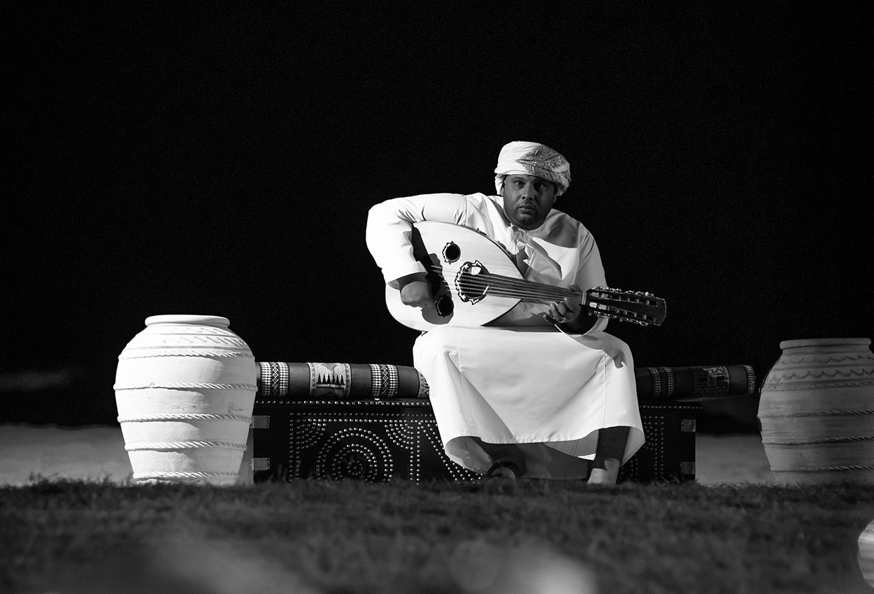 Guitarra en playa de omán