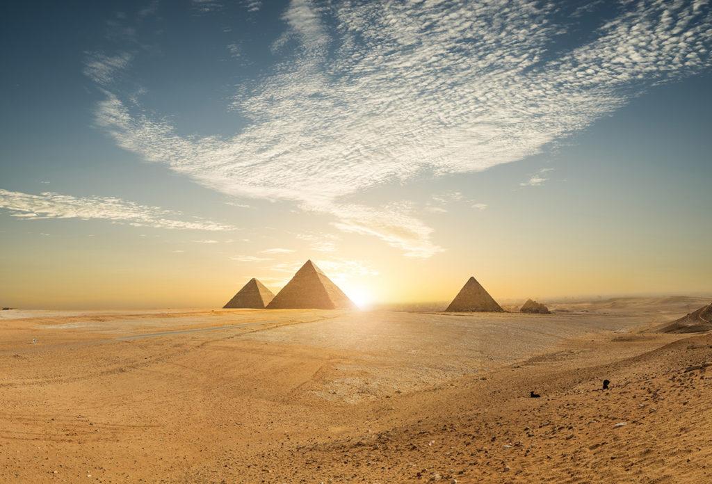 Pirámide de Khufu y plaza vacía, El Cairo, Egipto