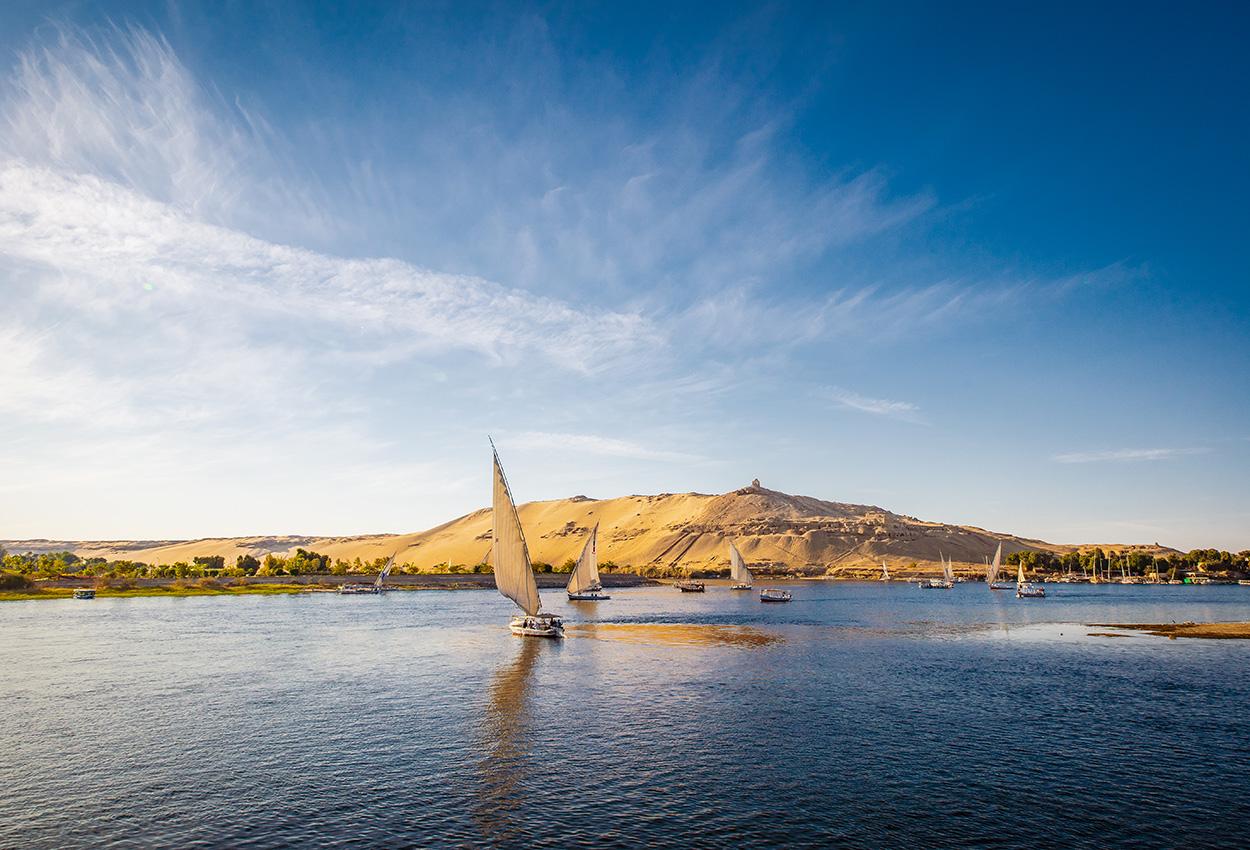 Río Nilo con embarcaciones tradicionales al atardecer. En vivo en el río Nilo