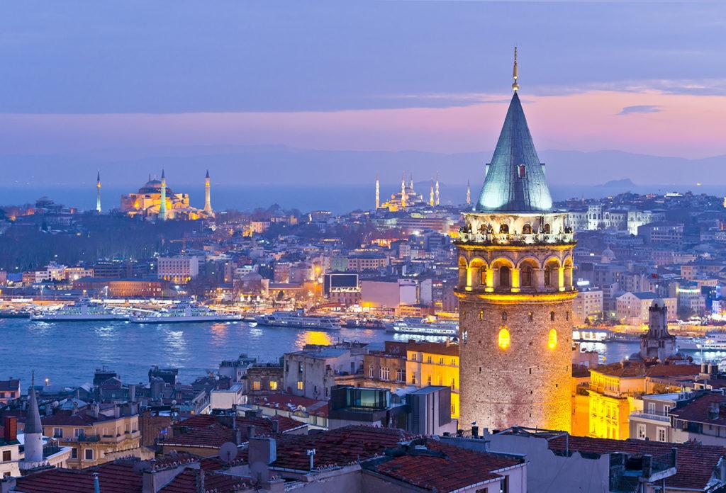 Torre de Gálata y bósforo en Estambul, Turquía.