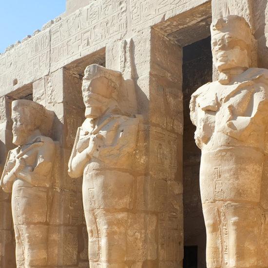 Estatuas en el templo de Karnak, Luxor, Egipto