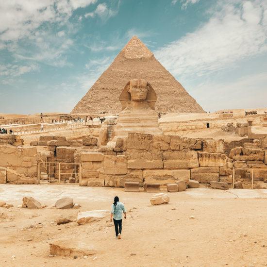 vista de piramides y hombre caminando