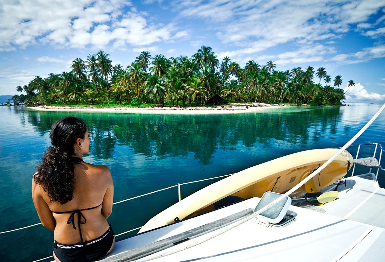 Mujer mirando a una isla de San Blas