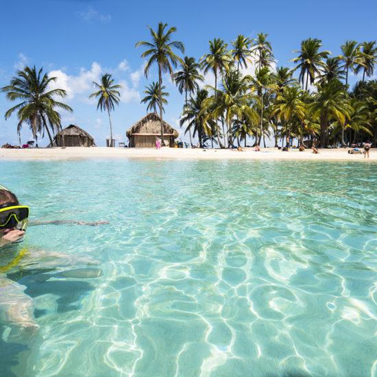 Mujer mayor disfrutando de un baño en la Isla San Blas Panama