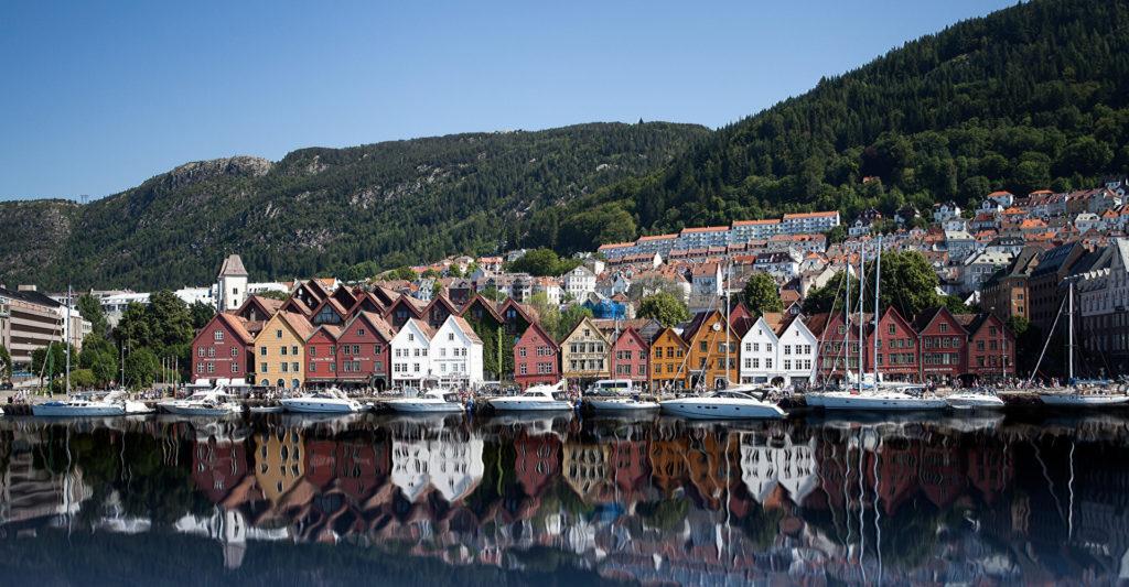 muelle viejo bryggen y edificios tradicionales de madera bergen noruega