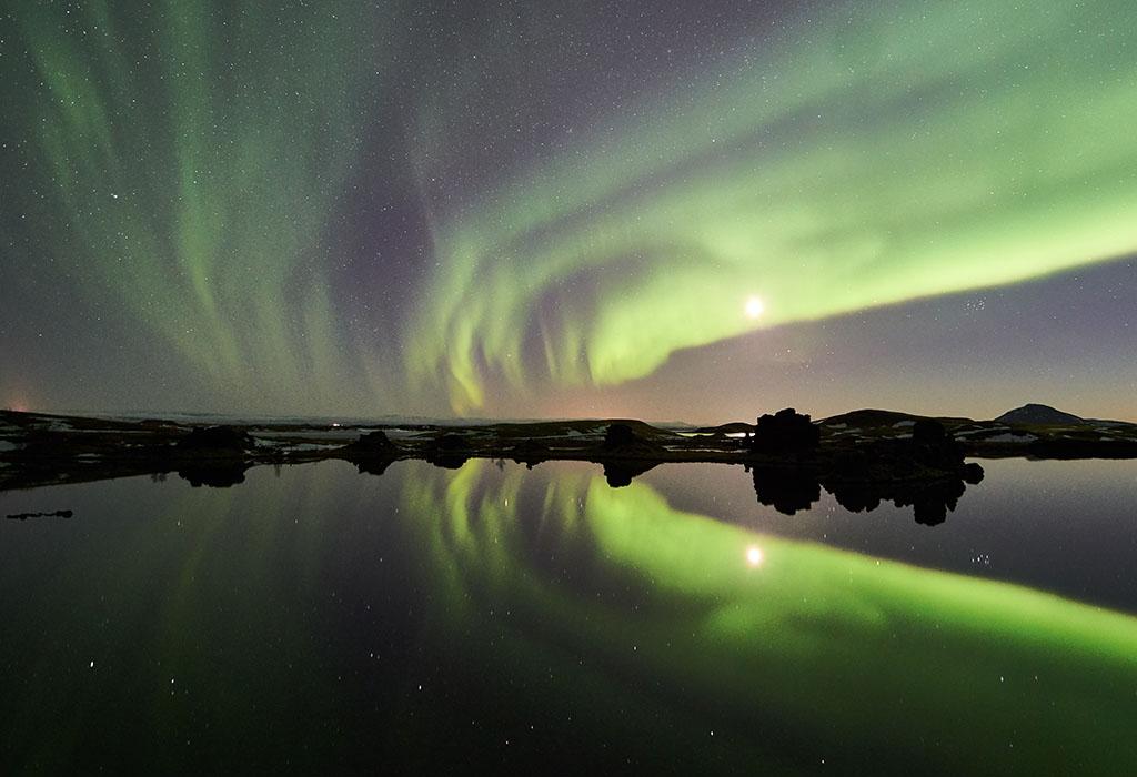 Aurora boreal en el lago Myvatn, en el norte de Islandia