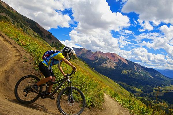 Manejando bicicleta bajando la montana ASIVIAJO