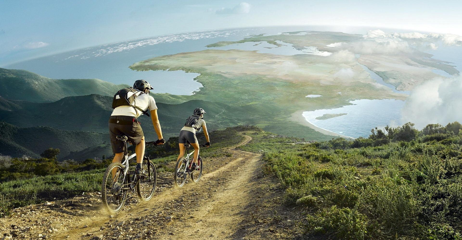 Manejando bicicleta en las montañas