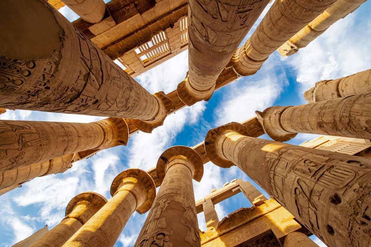 Columnas de la sala Karnak Hypostyle y nubes en el Templo de Tebas de Luxor Egipto