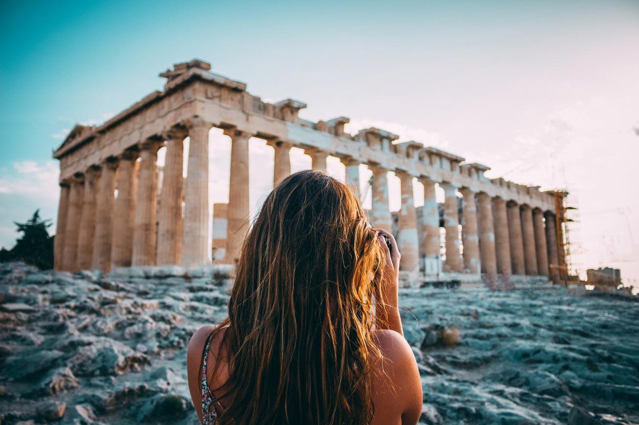 Mujer tomando foto en Atenas Grecia