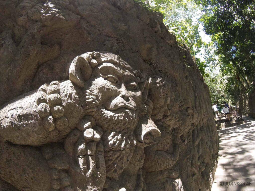 Mural esculpido entrada monkey forest