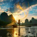 Hombre pescando tradicionalmente en el Rio Li, Guilin