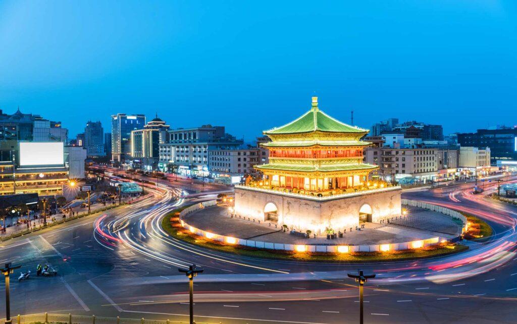 Xi'an Torre de la Campana iluminada atardecer
