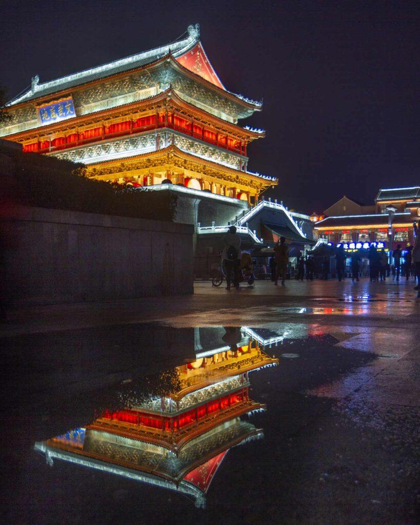 Torre del tambor en la noche, Xi'an, china.
