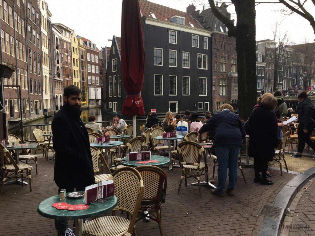cafe al lado de un canal