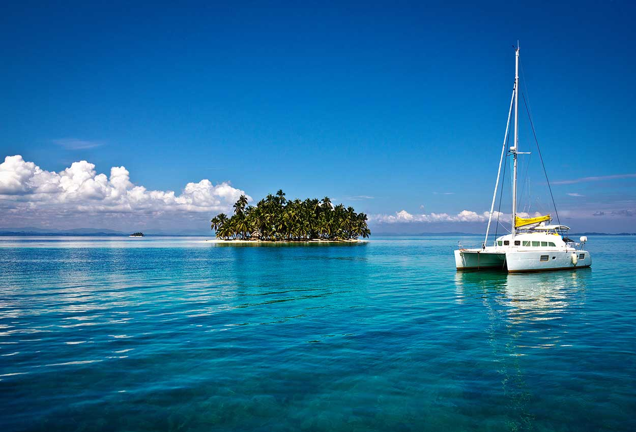 Catamaran anclado en San Blas Panama