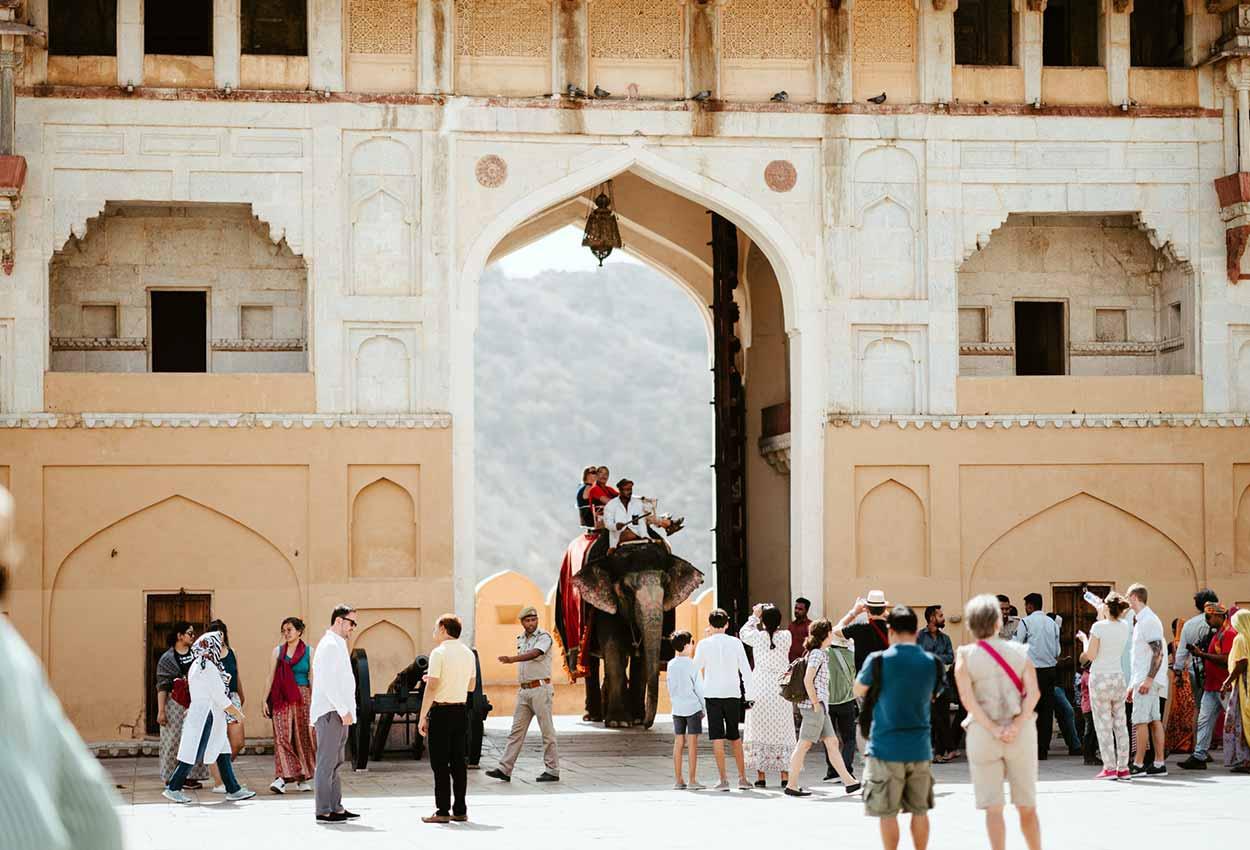 Turista montando en elefante en el Fuerte Amer Jaipur India