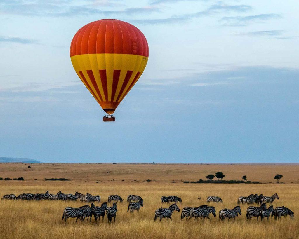 Un solitario globo sobre una manada de cebras Kenia