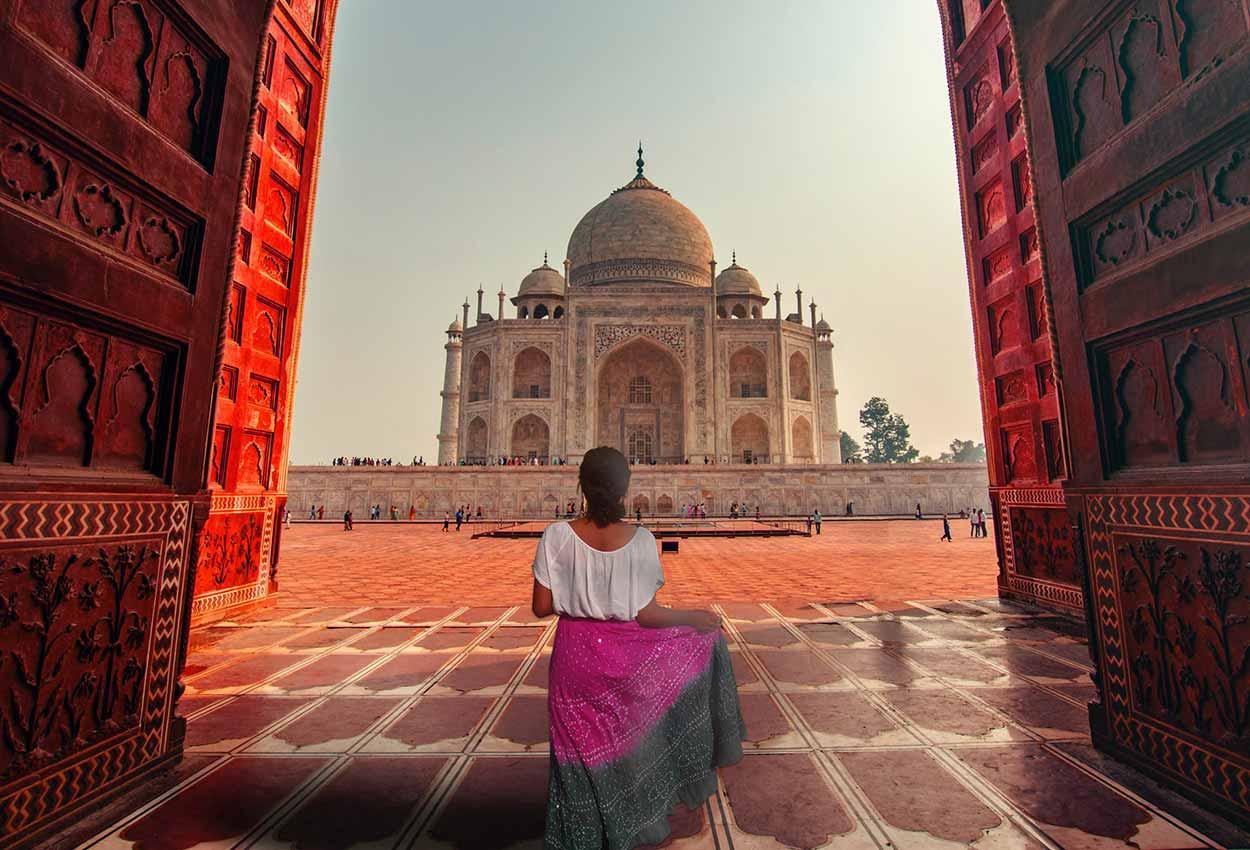 Una chica parada frente al Taj Mahal India